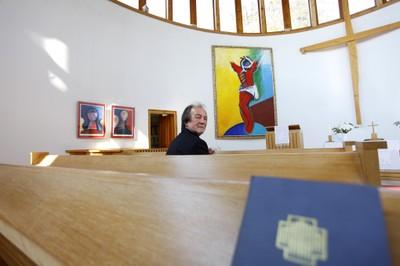 Aknay János A Megváltó című oltárképe előtt a balatonboglári evangélikus templomban